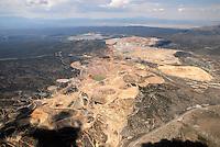 4415 / Kupfermine: AMERIKA, VEREINIGTE STAATEN VON AMERIKA,NEVADA,  (AMERICA, UNITED STATES OF AMERICA), 24.07.2006: Luftaufname der Mine in Ely/Nevada, Kupfermine, Goldmine,  durch den hohen Verbauch von Kupfer wurde nach Schliessung in den siebziger Jahren das Schuerfen von Kupfer in Ely wieder aufgenommen. Neue Verarbeitungstechniken erlauben auch das Schuerfen von Gold. Ehemalige Mine der Firma Kennecott.