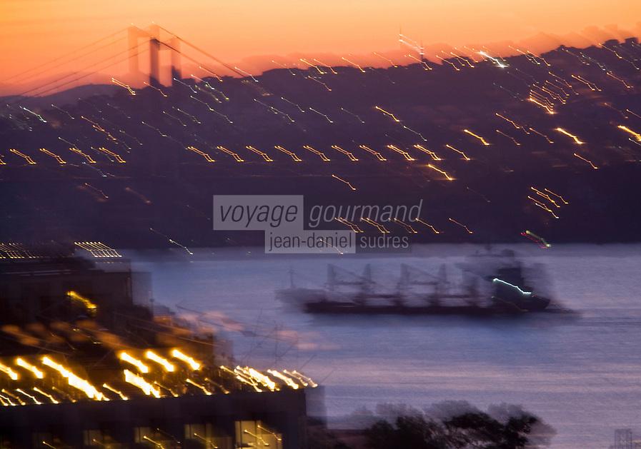 Europe/Turquie/Istanbul : Navigation à l'aube et le pont sur le Bosphore // Europe / Turkey / Istanbul: Navigation at dawn and the bridge over the Bosphorus