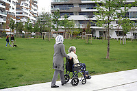 - Milano, quartiere CityLife, donna anziana con la sua badante<br />