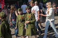 Tausende Menschen gedachten am 9. Mai 2016 in Berlin der Befreiung Deutschland von der Nationalsozialistischen Diktatur. Sie gedachten der gefallenen russichen Soldaten am sowjetischen Ehrenmal in Berlin-Treptow.<br /> Das Gedenken hatte zu Teil Volksfestcharakter mit Mummenschanz. Kinder waren als Sowjetsoldaten verkleidet, Bollerwagen waren mit Stalin-Aufklebern versehen und nationalistische Fahnen geschwenkt.<br /> 9.5.2016, Berlin<br /> Copyright: Christian-Ditsch.de<br /> [Inhaltsveraendernde Manipulation des Fotos nur nach ausdruecklicher Genehmigung des Fotografen. Vereinbarungen ueber Abtretung von Persoenlichkeitsrechten/Model Release der abgebildeten Person/Personen liegen nicht vor. NO MODEL RELEASE! Nur fuer Redaktionelle Zwecke. Don't publish without copyright Christian-Ditsch.de, Veroeffentlichung nur mit Fotografennennung, sowie gegen Honorar, MwSt. und Beleg. Konto: I N G - D i B a, IBAN DE58500105175400192269, BIC INGDDEFFXXX, Kontakt: post@christian-ditsch.de<br /> Bei der Bearbeitung der Dateiinformationen darf die Urheberkennzeichnung in den EXIF- und  IPTC-Daten nicht entfernt werden, diese sind in digitalen Medien nach §95c UrhG rechtlich geschuetzt. Der Urhebervermerk wird gemaess §13 UrhG verlangt.]