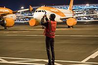 Mit 9 Jahren Verspaetung wurde am 31. Oktober 2020 der Flughafen Berlin-Brandenburg BER in Schoenefeld eroeffnet.<br /> Im Bild: Ein BER-Mitarbeiter auf dem Flugfeld <br /> 31.10.2020, Schoenefeld<br /> Copyright: Christian-Ditsch.de