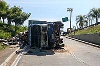 Campinas (SP), 05/05/2021 - Acidente-SP - Um caminhão carregado com materiais recicláveis tombou na Avenida Lix da Cunha, em Campinas, no início da tarde desta quarta-feira (5). A pista no sentido Centro foi totalmente interditada pela Emdec (Empresa Municipal de Desenvolvimento de Campinas). O acidente foi por volta do 12h próximo ao acesso do túnel Joá Penteado. O motorista bateu na defensa metálica, e o veículo tombou. Apesar da batida, ninguém ficou ferido.