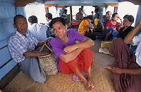 Asie/Birmanie/Myanmar/Haute Birmanie/Mingun: Sur le bateau de transport de passagers sur l'Irrawady