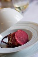 Europe/France/Bretagne/29/Finistère/Plomodiern:  Brioche Navette de Homard,betterave rouge en ébullition,et lait de coco recette d' Olivier Bellin de l'Auberge des Glazicks