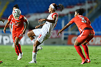 CALI - COLOMBIA, 10-12-2020: Jugadoras del América e Independiente Santa Fe en acción durante partido por la final ida como parte de la Liga Femenina BetPlay DIMAYOR 2020 entre América de Cali e Independiente Santa Fe jugado en el estadio Pascual Guerrero de la ciudad de Cali. / Players of America and Independiente Santa Fe in action during for the first leg final match as part of Women's BetPlay DIMAYOR League 2020 between America de Cali and Independiente Santa Fe played at Pascual Guerrero stadium in Cali city. Photos: VizzorImage / Nelson Rios / Cont.