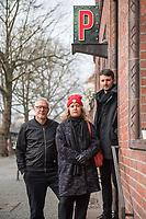 """Pressegespraech zum Thema Kuendigung des Kreuzberger """"Privatclub"""" durch die Startup-Investoren Samwer (Rocket Internet und Zalando).<br /> Im Mai 2016 wurde ein Postamt in Berlin-Kreuzberg, in dem sich auch der """"Privatclub"""" seit vielen Jahren befindet, von einer Luxemburger Gesellschaft der Gebrueder Samwer gekauft. Sie fordern eine Verdopplung der Miete auf 9.000,- Euro und schliessen eine Fortsetzung des Mietvertrages ueber 2022 hinaus aus. Zudem wurde dem Club kurz vor Weihnachten 2017 mit Kuendigung und Schadensersatzanspruechen aus Mietminderung gedroht, wenn sich weiterhin neue Samwer-Mieter, ausschliesslich Internet-Startups, im Gebaeude durch den Club belaestigt fuehlen. Den Startups wurde bei Abschluss der Vertraege nichts von den Konzerten im """"Privatclub"""" mitgelteilt.<br /> Der """"Privatclub"""" ist seit 19 Jahren eine Berliner Institution. An seinem aktuellen Standort in Berlin-Kreuzberg ist der Privatclub nun seit 2013. Der Betreiber Norbert Jackschenties hat die alte Paketstation nach langem Leerstand mit eigenen Mitteln und Krediten ausgebaut. Seit 2013 fanden dort ueber 1.600 Konzerte statt, zumeist mit jungen aufstrebenden Musikern, aber auch inzwischen sehr bekannten Bands.<br /> Im Bild vlnr.: Norbert Jackschenties, Betreiber Privatclub; Katja Lucker, Geschaeftsfuehrerin Musicboard Berlin; Lutz Leichsenring, Clubcommission Berlin.<br /> 22.1.2018, Berlin<br /> Copyright: Christian-Ditsch.de<br /> [Inhaltsveraendernde Manipulation des Fotos nur nach ausdruecklicher Genehmigung des Fotografen. Vereinbarungen ueber Abtretung von Persoenlichkeitsrechten/Model Release der abgebildeten Person/Personen liegen nicht vor. NO MODEL RELEASE! Nur fuer Redaktionelle Zwecke. Don't publish without copyright Christian-Ditsch.de, Veroeffentlichung nur mit Fotografennennung, sowie gegen Honorar, MwSt. und Beleg. Konto: I N G - D i B a, IBAN DE58500105175400192269, BIC INGDDEFFXXX, Kontakt: post@christian-ditsch.de<br /> Bei der Bearbeitung der Dateiinformationen darf die"""