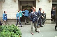 Die New York Stock Exchange (Boerse) an der Wallstreet im Finacial District Manhattans.<br /> Hier: Brooker waehrend einer Rauchpause.<br /> 31.12.1998<br /> Copyright: Christian-Ditsch.de<br /> [Inhaltsveraendernde Manipulation des Fotos nur nach ausdruecklicher Genehmigung des Fotografen. Vereinbarungen ueber Abtretung von Persoenlichkeitsrechten/Model Release der abgebildeten Person/Personen liegen nicht vor. NO MODEL RELEASE! Don't publish without copyright Christian-Ditsch.de, Veroeffentlichung nur mit Fotografennennung, sowie gegen Honorar, MwSt. und Beleg. Konto:, I N G - D i B a, IBAN DE58500105175400192269, BIC INGDDEFFXXX, Kontakt: post@christian-ditsch.de]