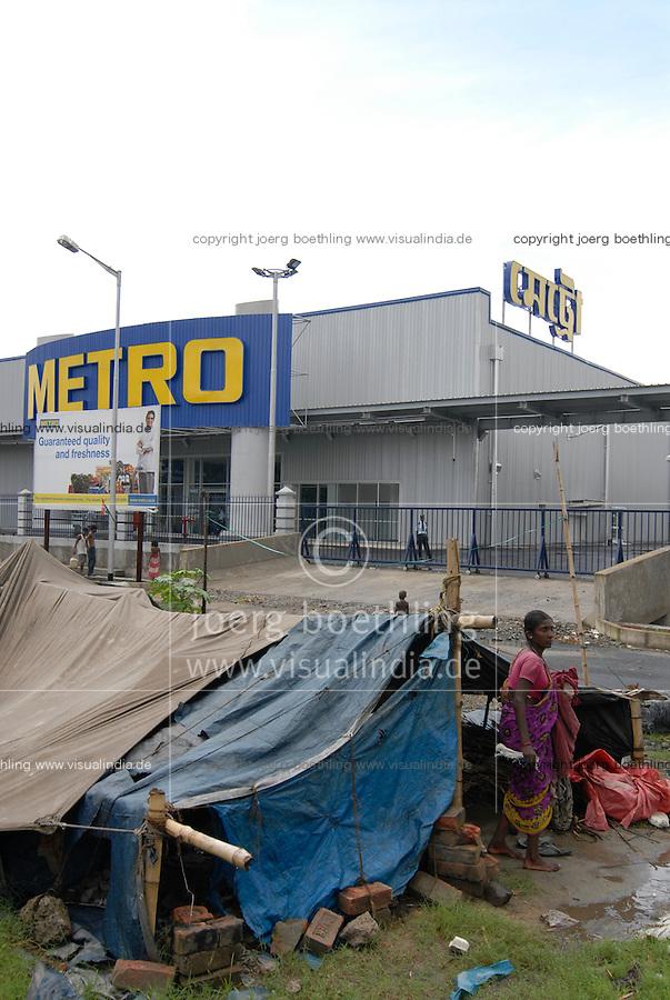 INDIA Westbengal Calcutta Kolkatta, new Metro whole sale market and huts of squatter  / INDIEN Westbengalen, Megacity Kolkata Kalkutta, Neubau Metro Grosshandelsmarkt an einer bypass Road am Stadtrand von Calcutta , davor Huetten von Obdachlosen