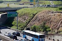 Campinas (SP), 26/03/2021 - Covid-SP - Trânsito na entrada da cidade de Campinas (SP) pelas rodovias Anhanguera e Santos Dumont, gerado pela barreira sanitária que é realizado a partir desta sexta-feira (26), para evitar a circulação de turistas da capital na região. Isso porquê São Paulo decretou um feriadão antecipado a partir deste final de semana até o dia 4 de abril, o que preocupou os municípios da região por conta da preocupação do aumento na circulação de pessoas que possam vir para o Interior e a disseminação de covid-19. Vale destacar que Campinas não antecipou feriados.
