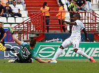 MANIZALES -COLOMBIA, 27-07-2014. Jose Izquierdo (Der) de Once Caldas vence a Nicolas Vikonis (Izq), arquero, de Patriotas FC para anotar un gol durante partido por la fecha 2 de la Liga Postobón I 2014 jugado en el estadio Palogrande de la ciudad de Manizales./ Once Caldas player Jose Izquierdo defeated to Nicolas Vikonis (L) goalkeeper of Patriotas FC to score a goal during match for the second date of the Postobon  League II 2014 at Palogrande stadium in Manizales city. Photo: VizzorImage/Santiago Osorio/STR