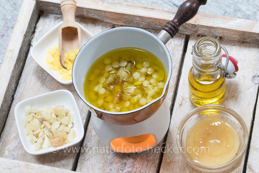 2. Schritt Lippen-und-Pfoten-Salbe selbermachen, selber machen, selber rühren: Fichtenharz, Olivenöl und Bienenwachs werden auf einem Stövchen mit Teelicht erwärmt. Lippen-und-Pfoten-Balsam, Lippensalbe, Lippenbalsam, Pfotensalbe, Pfotenbalsam, Pfötchen-Salbe, Lippenpflege, Harzsalbe, Harzcreme, Harzbalsam, Pechsalbe, Fichtenharz wird zusammen mit Olivenöl, Honig und Bienenwachs zu einer Heilsalbe, Heilcreme, Creme, Salbe verarbeitet, Harzbalsam. Gewöhnliche Fichte, Rot-Fichte, Rotfichte, Picea abies, Common Spruce, Norway spruce, L'Épicéa, Épicéa commun