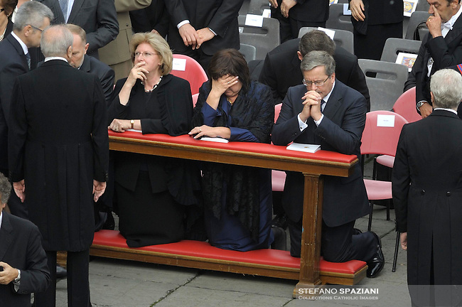 Polish President's chancellery Jacek Michalowski (L), Poland's Ambassador to the Holy See Hanna Suchocka (2-L), Polish President Bronislaw Komorowski (2-R) and his wife Anna (3-R) during a canonization ceremony in St. Peter's square at the Vatican, 17 October 2010. The pope canonised six Catholic saints, including Australia¿s first, during the ceremony. Komorowski had attended an audience with Benedict on 16 October during which the process of the beatification - a preliminary step towards canonisation - for late Pope John Paul II was discussed.