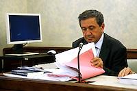 Il Senatore Antonio Azzolini riguarda le sue carte<br /> Roma 18-06-2015 Senato, Sant'Ivo alla Sapienza. Giunta per la Immunita' Parlamentari. Audizione del Senatore Azzolini in merito al crac della Casa Divina Provvidenza.<br /> Photo Samantha Zucchi Insidefoto