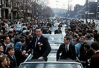 Jean BŽliveau, Robert Rousseau et la foule sur le boulevard Saint-Joseph, 9 mai 1966,
