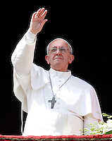 Papa Francesco saluta i fedeli dalla loggia centrale della Basilica di San Pietro dopo aver impartito la Benedizione Urbi et Orbi in occasione della Domenica di Pasqua, Citta' del Vaticano, 31 marzo 2013..Pope Francis waves to faithful from the central balcony of St. Peter's Basilica, after delivering the Urbi et Orbi blessing in occasion of the Easter Sunday, Vatican, 31 March 2013..UPDATE IMAGES PRESS/Riccardo De Luca..STRICTLY ONLY FOR EDITORIAL USE