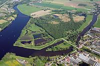Die Reit: DEUTSCHLAND, HAMBURG 26.05.2017: Das Naturschutzgebiet Die Reit liegt in den Hamburger Stadtteilen Reitbrook und Allermöhe in den Marschlanden, zwischen dem Zusammenfluss der Dove Elbe und Gose Elbe.<br /> <br /> Das Naturschutzgebiet im Südosten Hamburgs hat eine Größe von 92 Hektar. Es umfasst das 1973 ausgewiesene Gebiet Die Reit und die 2011 erfolgte Erweiterung um die Flächen Die Hohe, Kleiner Brook und ein rund 3,3 ha großes Gebiet im Südosten. Die heutige Geländestruktur der Reit ist wesentlich auf den Betrieb einer Ziegelei zurückzuführen. Geprägt wird das Gebiet von den ausgedehnten Schilfröhrichten, artenreichen Weidengebüschen und dem urwüchsigen Birkenbruchwald, zwei größeren Teichen sowie vielen Kleingewässern und Gräben. Die Hohe ist ein vielfältiges Teichgelände auf einem ehemaligen Spülfeld. Der Kleine Brook wird geprägt durch Grünland im Vorland der Dove Elbe.<br /> <br /> Den Schutzstatus erhielt Die Reit in erster Linie wegen ihrer Bedeutung als Brut- und Rastgebiet mitteleuropäischer Sing- und Zugvögel, Die Hohe für das bedeutende Vorkommen des Kammmolchs und der Kleine Brook aufgrund seiner Bedeutung für Wiesenvögel, insbesondere für die Uferschnepfe. Auch durch weitere Amphibienvorkommen, vielerlei Insekten und seine Flora zeichnet sich das Schutzgebiet aus.