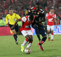 BOGOTA -COLOMBIA, 21-DICIEMBRE-2014. Jefferson Cuero del Independiente Santa Fe  disputa el balon contra Andres Mosquera  del  Independiente Medellin durante  partido de la final vuelta de la Liga Postobon 2014-II del futbol colombiano primera division  jugado en el estadio Nemesio Camacho El Campin de Bogota . /  Jefferson Cuero Independiente Santa Fe fights for the ball against Andres Mosquera of Independiente Medellin  during the final round match of the Liga Postobon II 2014-Colombian first division football played at the stadium Nemesio Camacho El Campin in Bogota . Photo / VizzorImage / Felipe Caicedo  / Staff