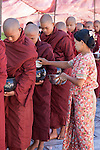 Myanmar, (Burma), Shan State, Inle Lake: Monks receiving offerings of rice at religious festival at the Phaung Daw Oo pagoda, holiest religious site in southern Shan state | Myanmar (Birma), Shan Staat, Inle See: Moenche erhalten Reis-Spenden bei einem religioesen Fest in der Phaung Daw Oo Pagode