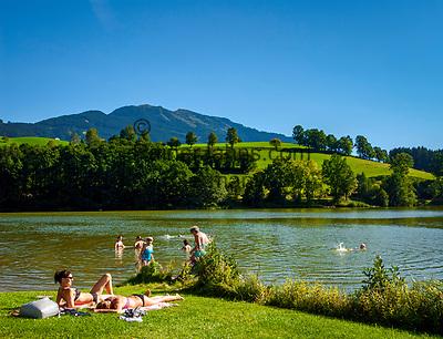 Oesterreich, Salzburger Land, im Pinzgau, Saalfelden: Ritzensee - kuenstlich angelegter Badesee   Austria, Salzburger Land, at Pinzgau region, Saalfelden: Ritzensee - man-made swimming lake