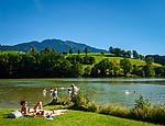 Oesterreich, Salzburger Land, im Pinzgau, Saalfelden: Ritzensee - kuenstlich angelegter Badesee | Austria, Salzburger Land, at Pinzgau region, Saalfelden: Ritzensee - man-made swimming lake