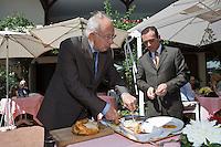 """Europe/France/Rhône-Alpes/74/Haute Savoie/ Evian: Hôtel-Restaurant """" """"La Verniaz"""" Jean Verdier découpe la volaille de Bresse cuite à la broche"""
