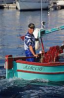 France/Corse/Corse-du-Sud/2A/Ajaccio: Le port et pointu rentrant de la pêche [Non destiné à un usage publicitaire - Not intended for an advertising use]