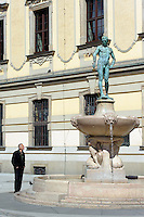 Fechterbrunnen vor Universität in Wroclaw (Breslau), Woiwodschaft Niederschlesien (Województwo dolnośląskie), Polen, Europa<br /> Fencer-Fountain at University  in Wroclaw,  Poland, Europe