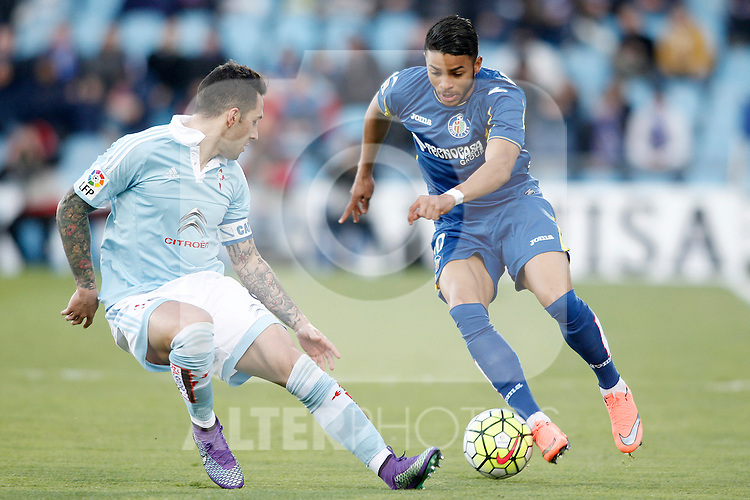 Getafe's Wanderson (r) and Celta de Vigo's Hugo Mallo during La Liga match. February 27,2016. (ALTERPHOTOS/Acero)