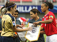 Chillán, Chile: American´s soccer player Keelin Winters (L) Exchanged flag with English´s player Fern Whelan before the match between USA and England, during the quarters-finals match, of the Fifa U-20 Women´s World Cup at the Nelson Oyarzún stadium in Chillán, on November 30, 2008. By Grosnia / ISIphotos.com