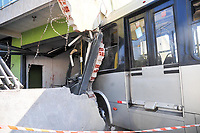 Curitiba (PR), 05/05/2021 - Acidente-Curitiba -  Um acidente com o onibus Ligeirinho (Caiua-Cachoeira), e um carro teve pelo menos cinco vitimas, o onibus chegou a entrar em um comercio no bairro fazendinho hoje (05) , pela manhã em Curitiba.