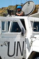 TIRO / LIBANO.SOLDATI UNIFIL DEL CONTINGENTE ITALIANO PATTUGLIANO LE STARDE NEI PRESSI DELLA ZONA DI CONFINE CON IRAELE..FOTO LIVIO SENIGALLIESI..TYR / SOUTH LEBANON - 2007.UNIFIL MISSION..ITALIAN CONTINGENT SOLDIERS PATROLLING THE ROADS ALONG THE BUFFER ZONE BETWEEN SOUTH LEBANON AND ISRAEL..PHOTO LIVIO SENIGALLIESI..TYR / LEBANON.ITALIAN SOLDIERS OF UNIFIL CONTINGENT.PHOTO LIVIO SENIGALLIESI
