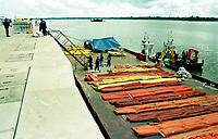 A Texaco já prepara uma estrutura de contenção caso haja vazamento do óleo que era transportado pela balsa Miss Rondônia.<br />26/02/2000.<br />Foto: Paulo Santos/Interfoto
