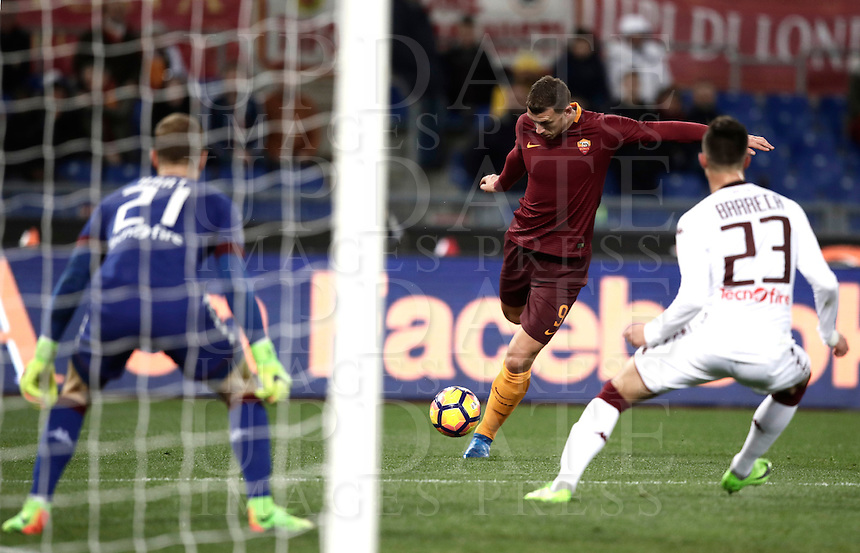 Calcio, Serie A: Roma, stadio Olimpico, 19 febbraio 2017.<br /> Roma's Edin Dzeko (c) in action with Torino's Antonio Barreca (r) and Torino's goalkeeper Joe Hart (l) during the Italian Serie A football match between As Roma and Torino at Rome's Olympic stadium, on February 19, 2017.<br /> UPDATE IMAGES PRESS/Isabella Bonotto