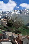 Italien, Umbrien, Castelluccio: Bergdorf in den Sibillinischen Bergen | Italy, Umbria, Castelluccio: mountain village at the Sibillini mountains