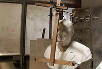 Artigiani a San Lorenzo, storico quartiere di Roma. Craftsmen in San Lorenzo, historic district of Rome..Livio e Otello Scatolini, padre e figlio, scultori, nel loro studio. .Membri dell' Università dei Marmorari di Roma, la più antica corporazione artigiana d'Italia ( fondata nel 1406 )..Livio and Otello Scatolini, father and son, sculptors in their laboratory..Members' Marmorari University of Rome, the oldest craft guild in Italy (founded in 1406)....