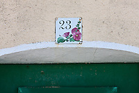 Europe/France/Poitou-Charentes/17/Charente-Maritime/Ile de Ré/Ars-en-Ré: Détail de la plaque d'une maison, représentant des roses trémières