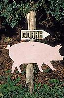 """Europe/France/Bretagne/29/Finistère/Plouhinec: Enseigne de Henri et Cathrine Peuziat éleveurs de cochons fermiers bio """"Gorré"""" et charcutiers"""