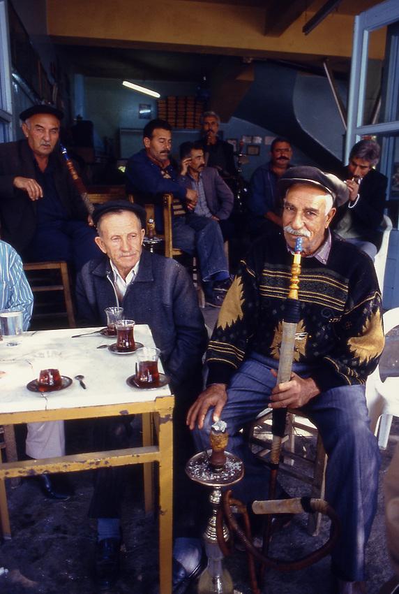 TUR, Tuerkei, Tuerkische Aegaeis, Aegaeis, Tire, Wasserpfeifenraucher im Kaffeehaus, Das Kaffeehaus, das kahve, in dem die Maenner sich treffen, um Neuigkeiten auszutauschen, Kaffee zu trinken oder -tavla Backgammon zu spielen oder auch um gemeinsam eine Wasserpfeife zu rauchen findet man in den kleinsten Ortschaften des Landes. In der Tuerkei wird die Wasserpfeife-Nargile genannt.<br /> [Fuer die Nutzung gelten die jeweils gueltigen Allgemeinen Liefer-und Geschaeftsbedingungen. Nutzung nur gegen Verwendungsmeldung und Nachweis. Download der AGB unter http://www.image-box.com oder werden auf Anfrage zugesendet. Freigabe ist vorher erforderlich. Jede Nutzung des Fotos ist honorarpflichtig gemaess derzeit gueltiger MFM Liste - Kontakt, Uwe Schmid-Fotografie, Duisburg, Tel. (+49).2065.677997, fotofinder@image-box.com, www.image-box.com]
