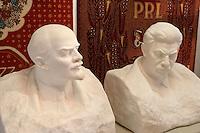 Europe/Pologne/env de Lublin/ Kozlowska: château de Kozlowska dans le Palais Baroque de la Famille Zamoyski une aile abrite un musée consacré au communisme et au réalisme socialiste - Bustes de Lénine et Staline