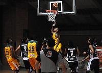 MEDELLIN -COLOMBIA-27-05-2014. Accion de juego entre los equipos  de la  Academia de La Monta–a y Cimarrones del Choco.Partido por la semifinal de La Liga Directv  1 de balomcesto disputado en el coliseo de Universidad de Medellin. / Action game between teams from the Academia  of The Monta–a and the Cimarrones  of Choco. Match of League semifinal Directv baloncesto 1 match at the Coliseum University of Medellin  Photo: VizzorImage / Luis Rios / Stringer