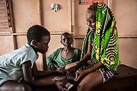 Foyer salesiano Don Bosco di Cotonou: bambine e bambini giocano a carte . children playing