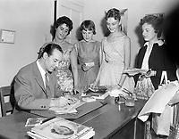 Le chanteur Georges Guetary signant des autographes a la Ballerine<br /> , le 22 juin 1960<br /> <br /> Photo : Photo Moderne - Agence Quebec Presse