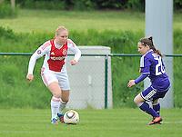 RSC Anderlecht Dames - Ajax Amsterdam : Linda Bakker aan de bal voor Taika De Koker.foto DAVID CATRY / Nikonpro.be