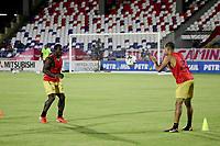 BARRANQUILLA-COLOMBIA, 20-09-2020: Jugadores de Rionegro Aguilas Doradas calientan previo al partido entre Atletico Junior y Rionegro Aguilas Doradas por la fecha 9 de la Liga BetPlay DIMAYOR I 2020 jugado en el estadio Romelio Martinez de la ciudad de Barranquilla.  / Players of Rionegro Aguilas Doradas warm up prior a match between Atletico Junior and Rionegro Aguilas Doradas for the 9th date as part of BetPlay DIMAYOR League I 2020 played at the Romelio Martinez Stadium in Barranquilla city. Photo: VizzorImage / Jairo Cassiani / Cont.