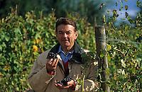 Europe/France/Centre/41/Loir-et-Cher/Soing: Vin de Touraine - Domaine de la Charmoise - Henri Marionnet dans ses vignes de Gamay