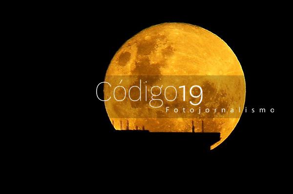 PORTO ALEGRE, RS, 26.05.2021 - CLIMA - TEMPO - A vista da Super Lua, na noite de outono, em Porto Alegre, nesta quarta-feira (26).