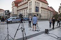 """Mehrere hundert Rechte, Nazis und Hooligans und rassistische Buerger protestierten am Donnerstag den 15. September 2016 im saechsischen Bautzen gegen Fluechtlinge. In den Tagen zuvor war es auf dem Kornmarkt, im Zentrum der Stadt, zu Auseinandersetzungen gekommen, in deren Zuge unbegleitete minderjaehrige Fluechtlinge von den Rechten durch die Stadt gejagt wurden. Mehrere Fluechtlinge  wurden dabei verletzt, einer musste im Krankenhaus aertzlich versorgt werden.<br /> Fuer den 15. September hatten Antirassisten eine Kundgebung auf dem Kornmarkt angemeldet. Die Rechten besetzen jedoch den Platz und den Antirassisten gelang es nur unter Polizeischutz eine kurze Kundgebung abzuhalten und wurden dann von der Polizei vom Platz geleitet.<br /> Die Rechten versuchten die Kundgebung anzugreifen, dabei kam es zu Flaschenwuerfen und einem Angriff auf einen Kameramann. Es wurden Parolen wie """"Deutschland den Deutschen, Auslaender raus!"""", """"Luegenpresse"""" und """"Bautzen bleibt deutsch"""" gegroehlt. Ein Rechter wurde lt. Polizei festgenommen.<br /> Im Bild: Der parteilose Oberbeurgermeister Alexander Ahrens in Fernsehinterview.<br /> 15.9.2016, Bautzen/Sachsen<br /> Copyright: Christian-Ditsch.de<br /> [Inhaltsveraendernde Manipulation des Fotos nur nach ausdruecklicher Genehmigung des Fotografen. Vereinbarungen ueber Abtretung von Persoenlichkeitsrechten/Model Release der abgebildeten Person/Personen liegen nicht vor. NO MODEL RELEASE! Nur fuer Redaktionelle Zwecke. Don't publish without copyright Christian-Ditsch.de, Veroeffentlichung nur mit Fotografennennung, sowie gegen Honorar, MwSt. und Beleg. Konto: I N G - D i B a, IBAN DE58500105175400192269, BIC INGDDEFFXXX, Kontakt: post@christian-ditsch.de<br /> Bei der Bearbeitung der Dateiinformationen darf die Urheberkennzeichnung in den EXIF- und  IPTC-Daten nicht entfernt werden, diese sind in digitalen Medien nach §95c UrhG rechtlich geschuetzt. Der Urhebervermerk wird gemaess §13 UrhG verlangt.]"""
