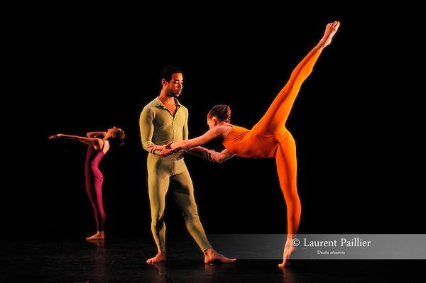 SUITE FOR FIVE..Choregraphie : CUNNINGHAM Merce..Compositeur : CAGE John..Compagnie : Merce Cunningham Dance Company..Lumiere : EMMONS Beverly..Costumes : RAUSCHENBERG Robert..Avec :..MITCHELL Rashaun..GOGGANS Jennifer..SCOTT Jamie..Lieu : Theatre de la Ville..Ville : Paris..Le : 15 12 2011..Laurent Paillier