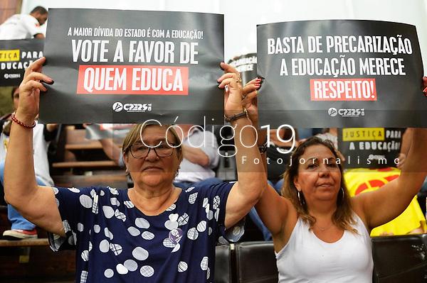 PORTO ALEGRE, RS, 28/01/2020 - DEPUTADOS - PACOTE -  Os servidores do estado protestam contra o pacote de medidas, enviado pelo governador Eduardo Leite (PSBD/RS), durante a votação dos deputados na sessão extraordinária, da Assembleia Legislativa do RS, em Porto Alegre, nesta terça-feira (28).
