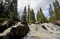 Naturnaher Bach, Wasserfall, reißende Strömung, Stromschnellen, Norwegen, Skandinavien